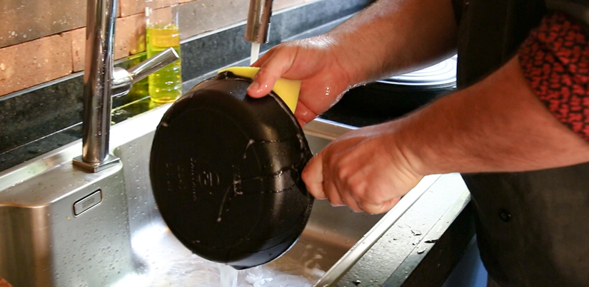 Como limpar panela de ferro fundido
